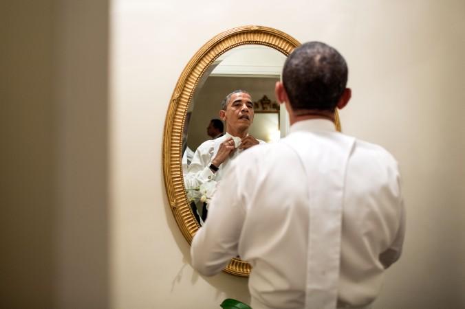 barack_obama_ties_his_tie